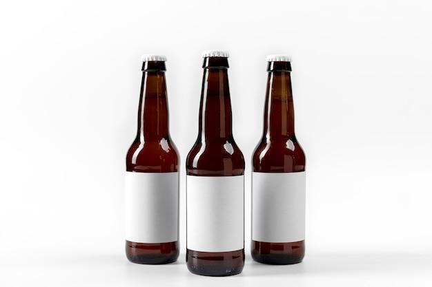 Vorderansicht biere mit leeren aufklebern