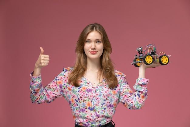Vorderansicht blonde dame zeigt alles ist in ordnung über spielzeugauto