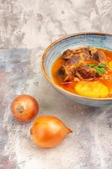 Vorderansicht bozbash suppe ein holzlöffel zwiebeln auf nacktem hintergrund aserbaidschanische küche