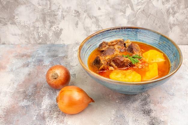 Vorderansicht bozbash suppe zwiebeln auf nacktem hintergrund mit textfreiraum copy