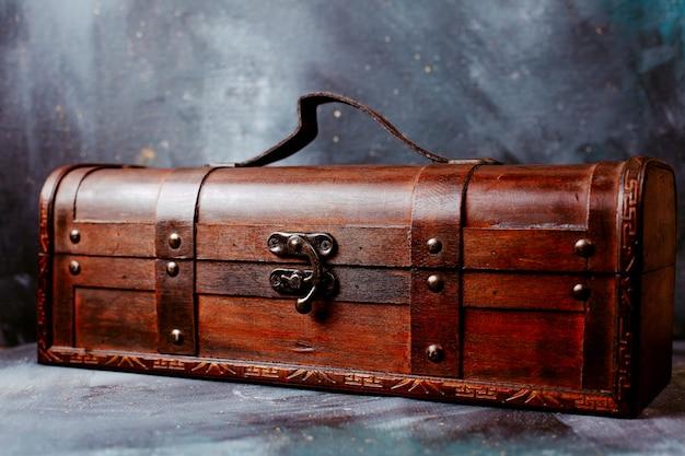 Vorderansicht braune box auf dem hellen boden Kostenlose Fotos