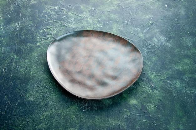 Vorderansicht braune leere platte auf dunklem hintergrund