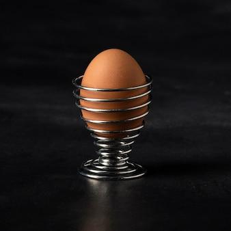 Vorderansicht braunes ei im ständer