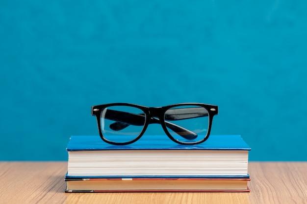 Vorderansicht bücher mit brille