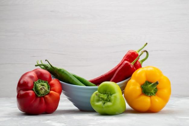 Vorderansicht bunte paprikaschoten mit paprika-gemüsepfefferfarbe