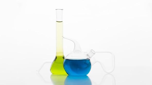 Vorderansicht chemikaliensortiment im labor