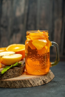 Vorderansicht cocktail geschnittene orangen äpfel auf dunkel
