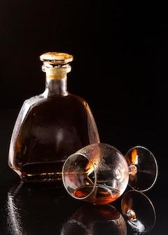 Vorderansicht cognac in horizontalem glas