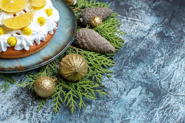Vorderansicht cremiger kuchen mit weihnachtsschmuck