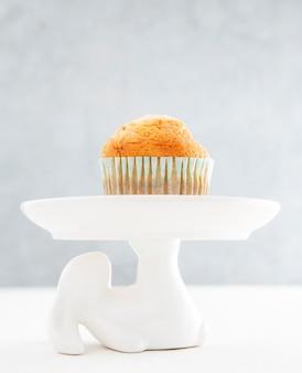 Vorderansicht cupcake auf minimalistischem hintergrund