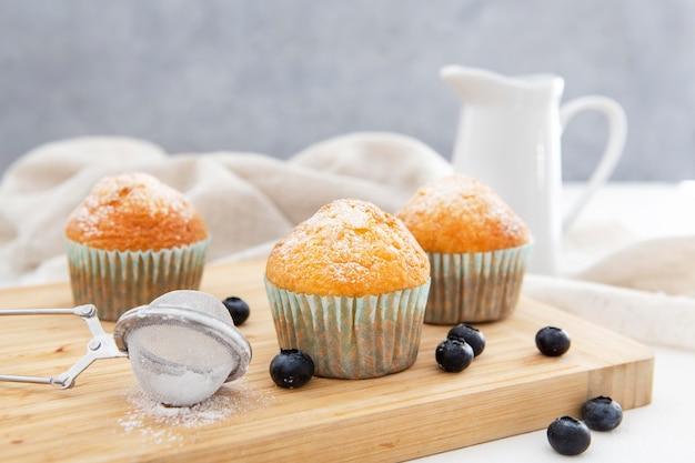 Vorderansicht cupcakes und milch