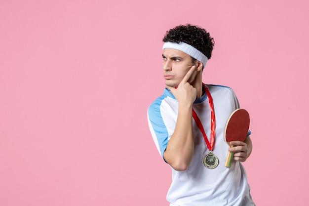 Vorderansicht denkender männlicher athlet in sportkleidung
