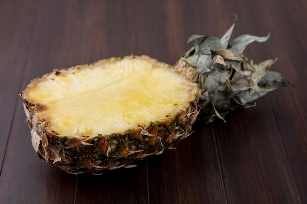 Vorderansicht der ananashälfte auf holzoberfläche