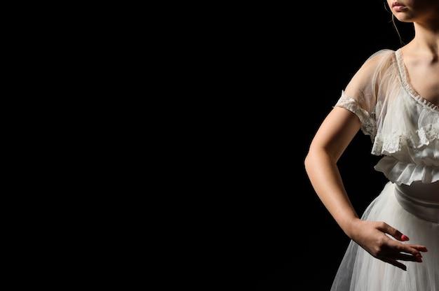 Vorderansicht der ballerina im kleid und im ballettröckchen mit kopienraum