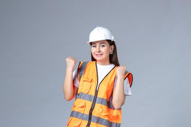 Vorderansicht der baumeisterin in uniform auf weißer wand