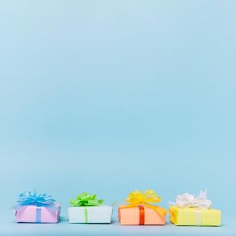 Vorderansicht der bunten geschenke mit exemplarplatz