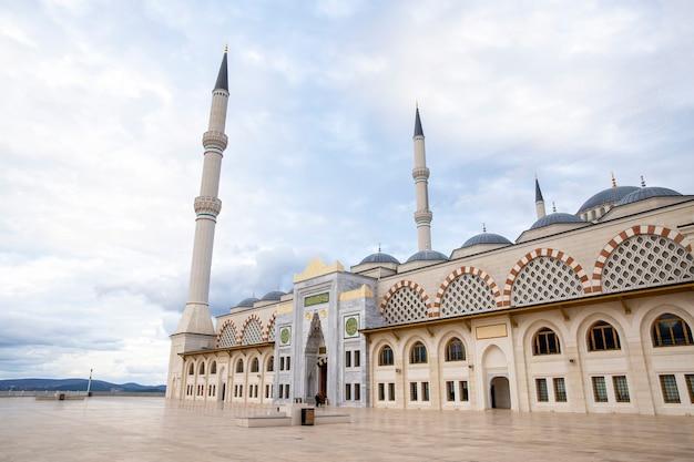 Vorderansicht der camlica-moschee mit türmen und kuppeln, bewölktes wetter in istanbul, türkei