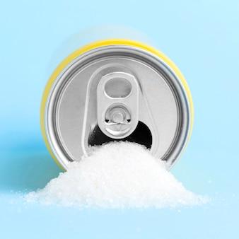 Vorderansicht der dose mit zucker, der aus ihm herauskommt