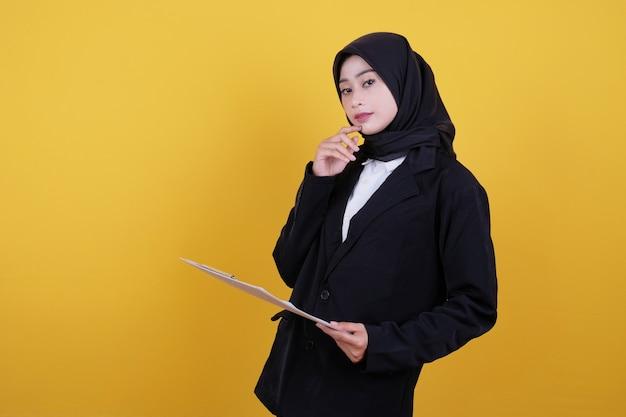 Vorderansicht der eleganten geschäftsfrau, die zwischenablage hält und neue idee denkt