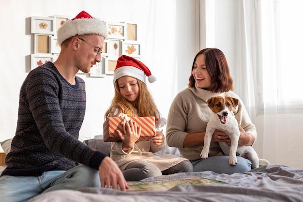 Vorderansicht der familie auf weihnachtskonzept
