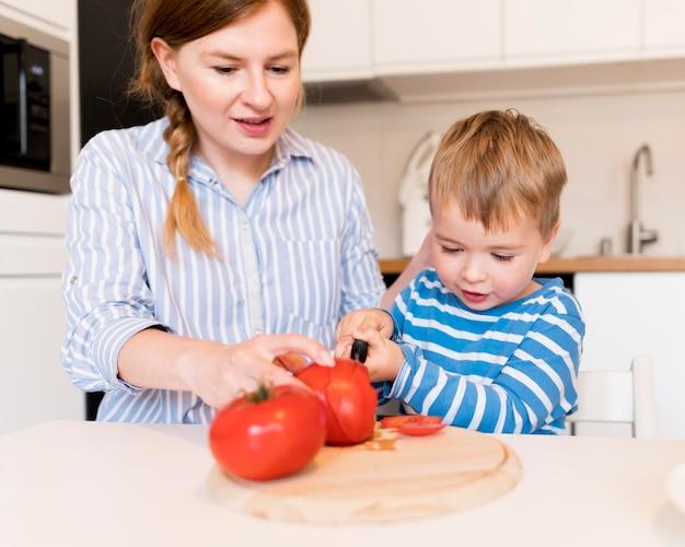 Vorderansicht der familie, die zu hause kocht