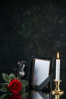 Vorderansicht der feuerlosen kerze mit bilderrahmen auf schwarz