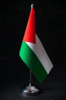 Vorderansicht der flagge palästinas auf dem schwarzen