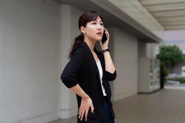 Vorderansicht der frau, die am telefon spricht