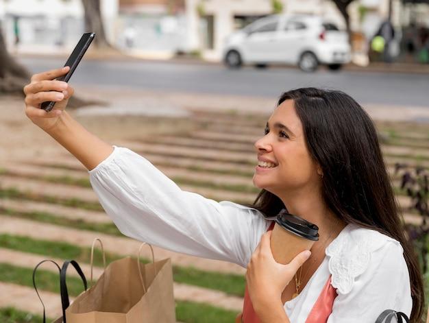 Vorderansicht der frau, die ein selfie-konzept nimmt