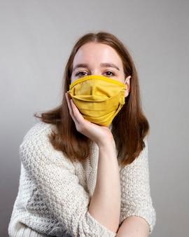 Vorderansicht der frau, die eine medizinische maske mit kopienraum trägt