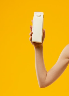 Vorderansicht der frau, die eine milchflasche hält