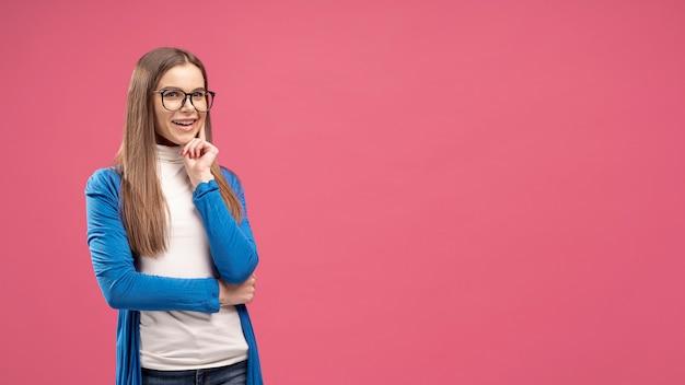Vorderansicht der frau mit brille, die aufwirft, als ob sie denkt