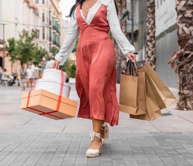 Vorderansicht der frau mit einkaufstaschenkonzept