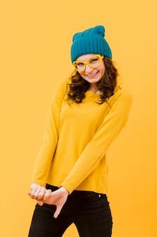 Vorderansicht der frau mit gelber brille