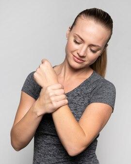 Vorderansicht der frau mit handgelenksschmerzen