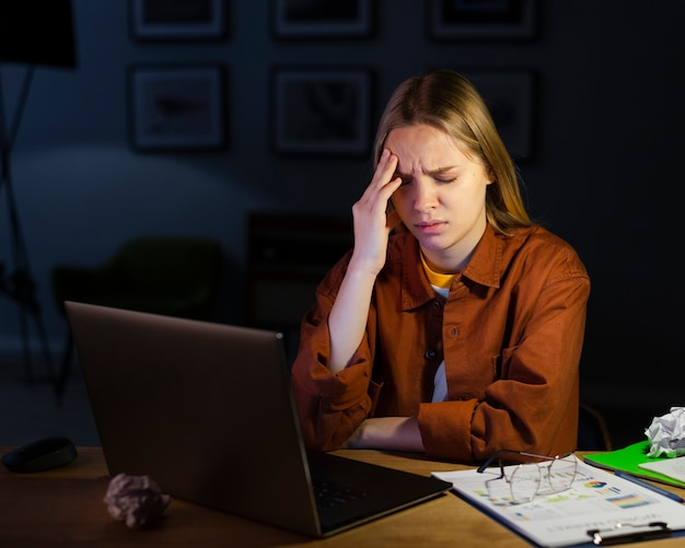 Vorderansicht der frau mit kopfschmerzen