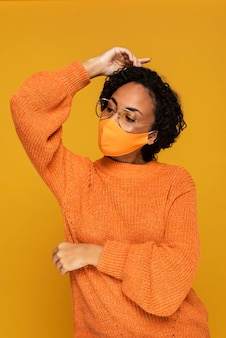 Vorderansicht der frau mit maske