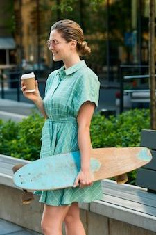 Vorderansicht der frau mit skateboard