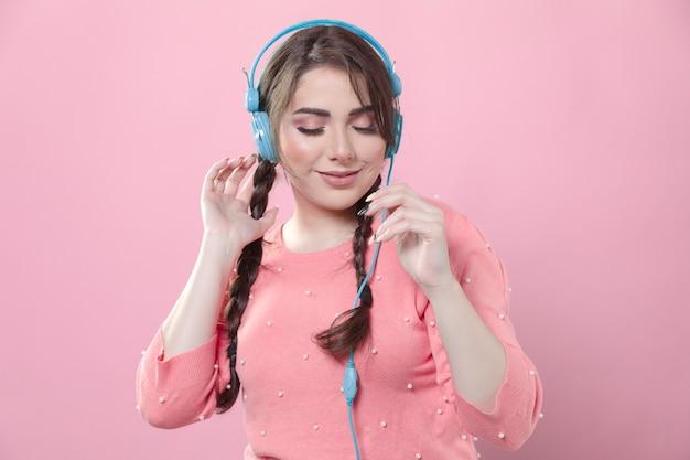 Vorderansicht der frau tanzend zur musik, die sie auf kopfhörern hört