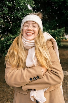 Vorderansicht der glücklichen frau am park im winter
