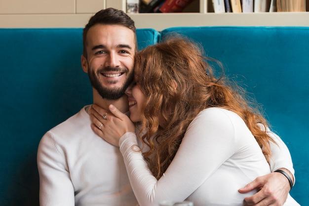 Vorderansicht der glücklichen romantischen paare