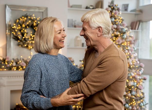 Vorderansicht der großeltern, die weihnachten feiern