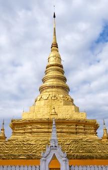 Vorderansicht der großen goldenen pagode im traditionellen nordthailändischen stil im thailändischen tempel.