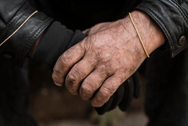 Vorderansicht der hände des obdachlosen