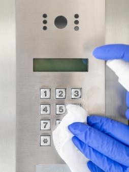Vorderansicht der hände mit desinfektionsgerät für op-handschuhe