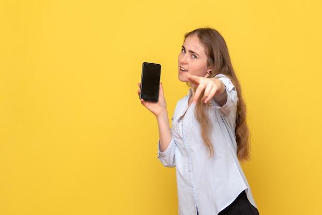 Vorderansicht der hübschen frau mit telefon