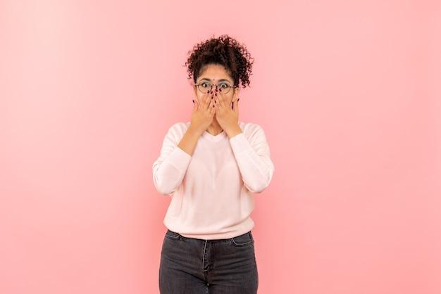 Vorderansicht der hübschen frau schockiert auf rosa