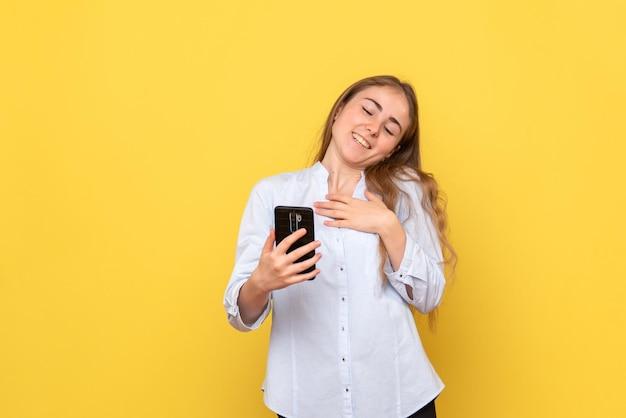 Vorderansicht der jungen frau mit telefon