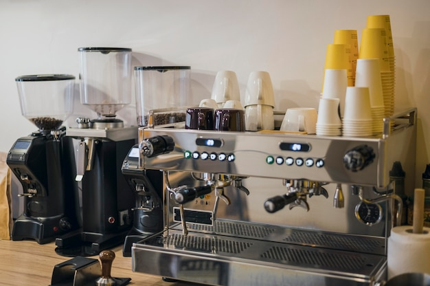 Vorderansicht der kaffeemaschine mit vielen tassen