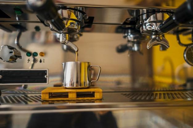 Vorderansicht der kaffeemaschine vom geschäft